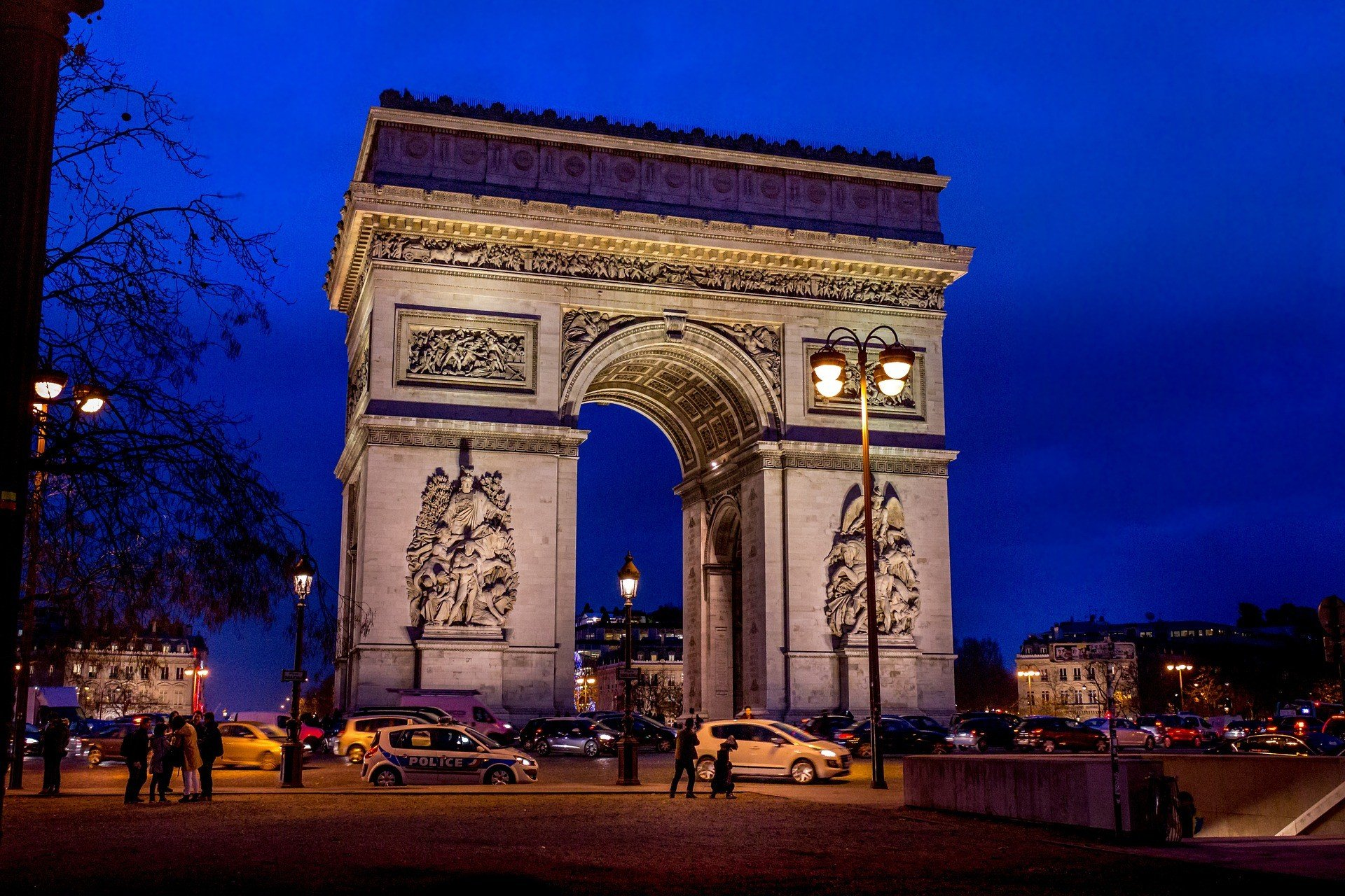 Arc du Triomphe at night