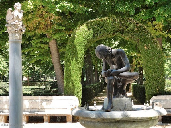 Boy with thorn statue in Aranjuez