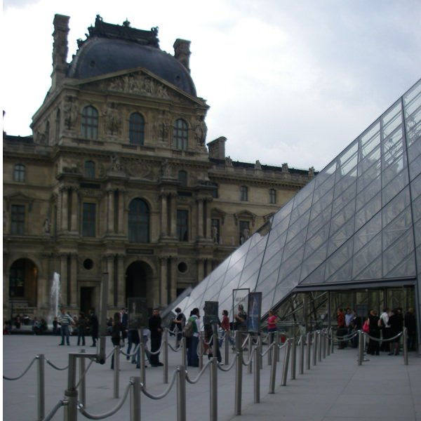 paris-louvre-pyramid-square