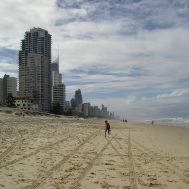 surfers-paradise-highrise-hotel-square